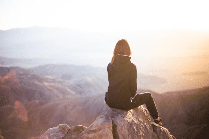 崖の上の女性