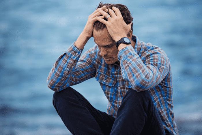 鬱、不安に悩まされる男性
