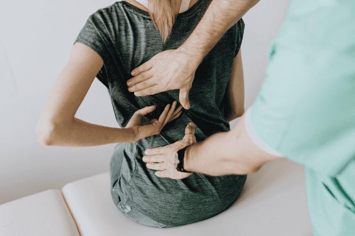 腰痛に悩まされる女性