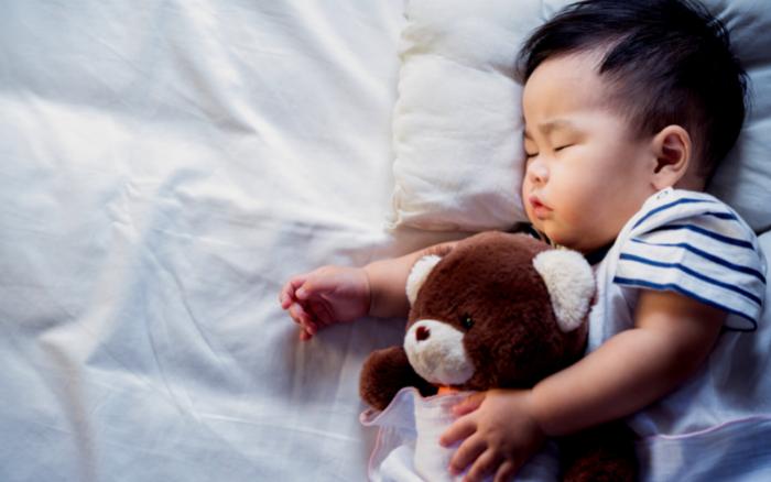 気持ちよさそうに寝ている子供