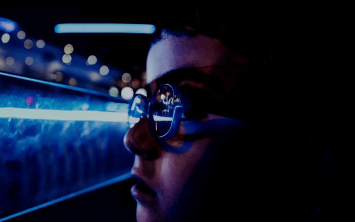 ブルーライトを浴びる少年