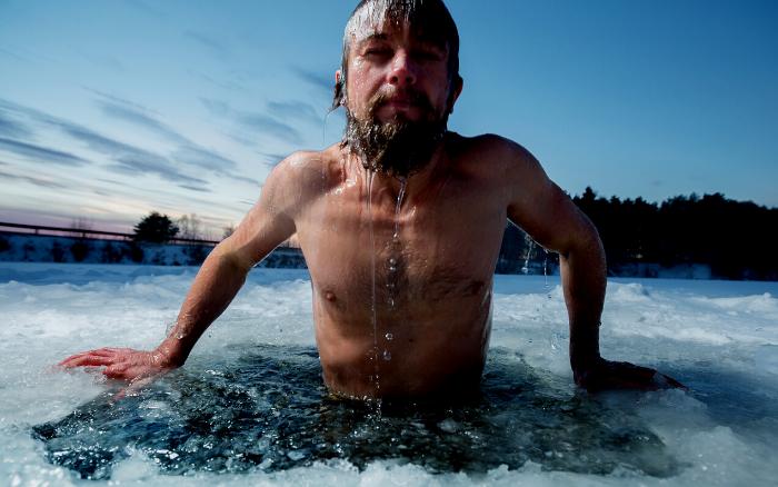 氷水につかる男性